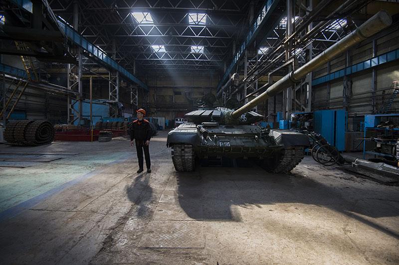 Танк Т-72 в сборочном цехе завода