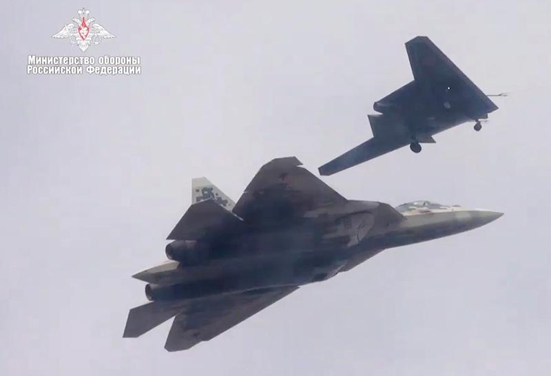 """БПЛА """"Охотник"""" во время совместного полета с Су-57"""