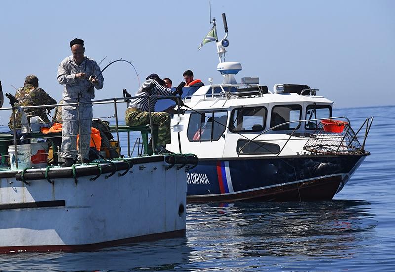 У Крымского моста задержано украинское судно с браконьерами