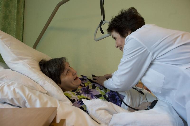 Врач осматривает пенсионерку в пансионате для ветеранов труда №1 в Москве