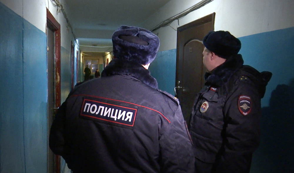 Сотрудники полиции в подъезде