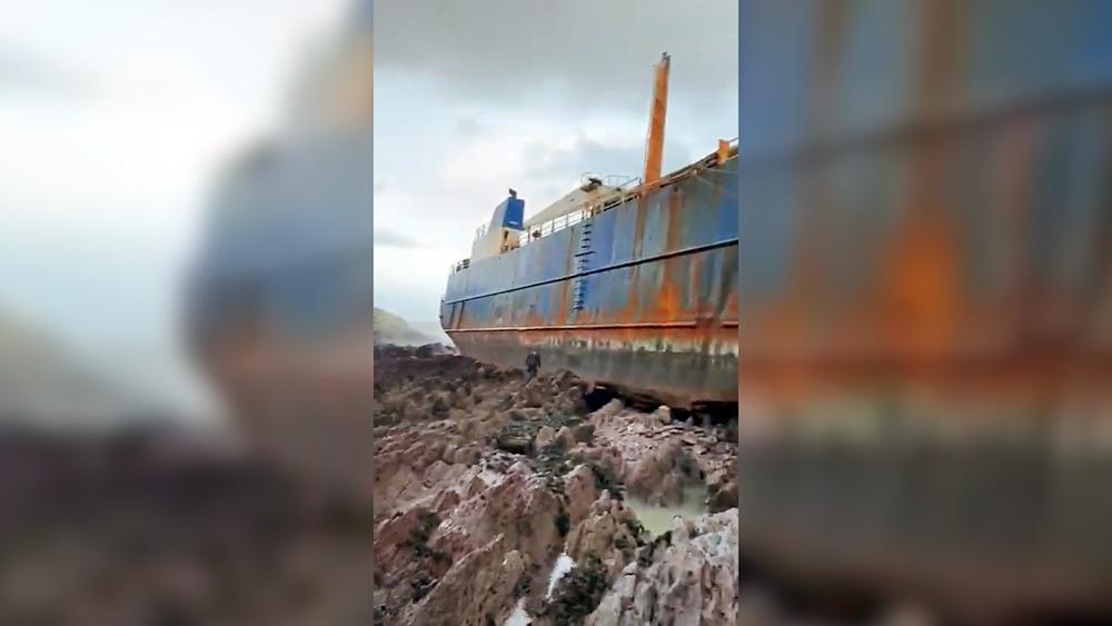 Корабль выбросило на берег