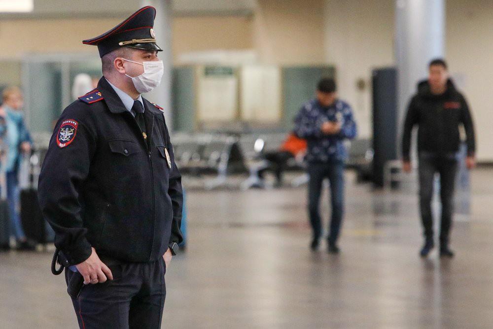 Сотрудник полиции в медицинской маске