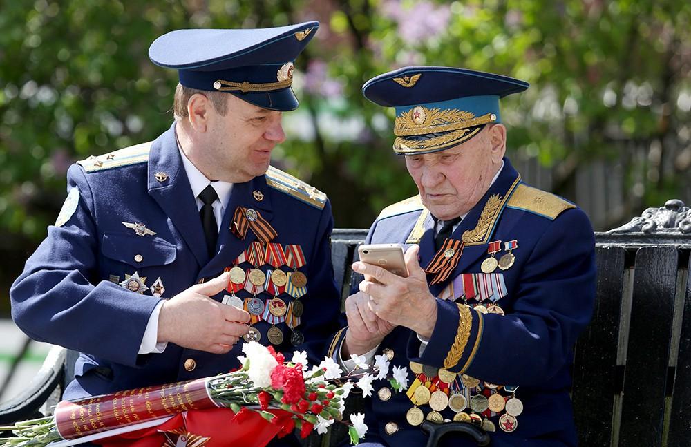 Ветеран с мобильным телефоном