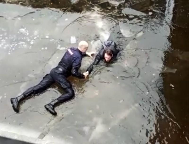 Сотрудник полиции спасает тонущего мужчину