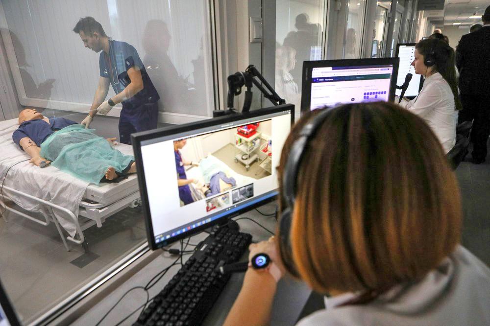 Студенты-медики на занятиях