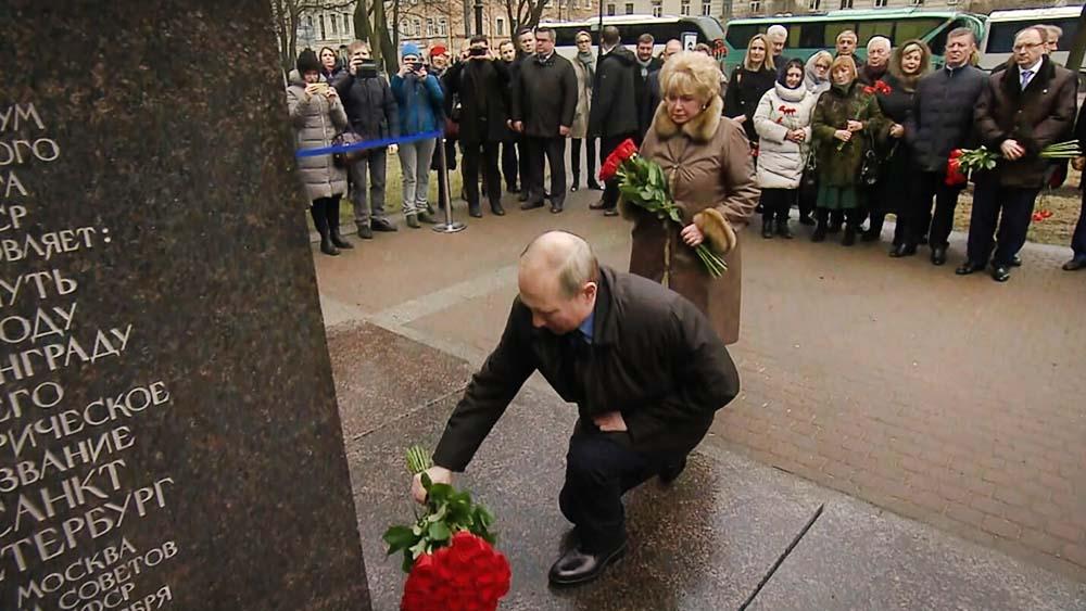 Владимир Путин на церемонии возложения цветов к памятнику Анатолию Собчаку