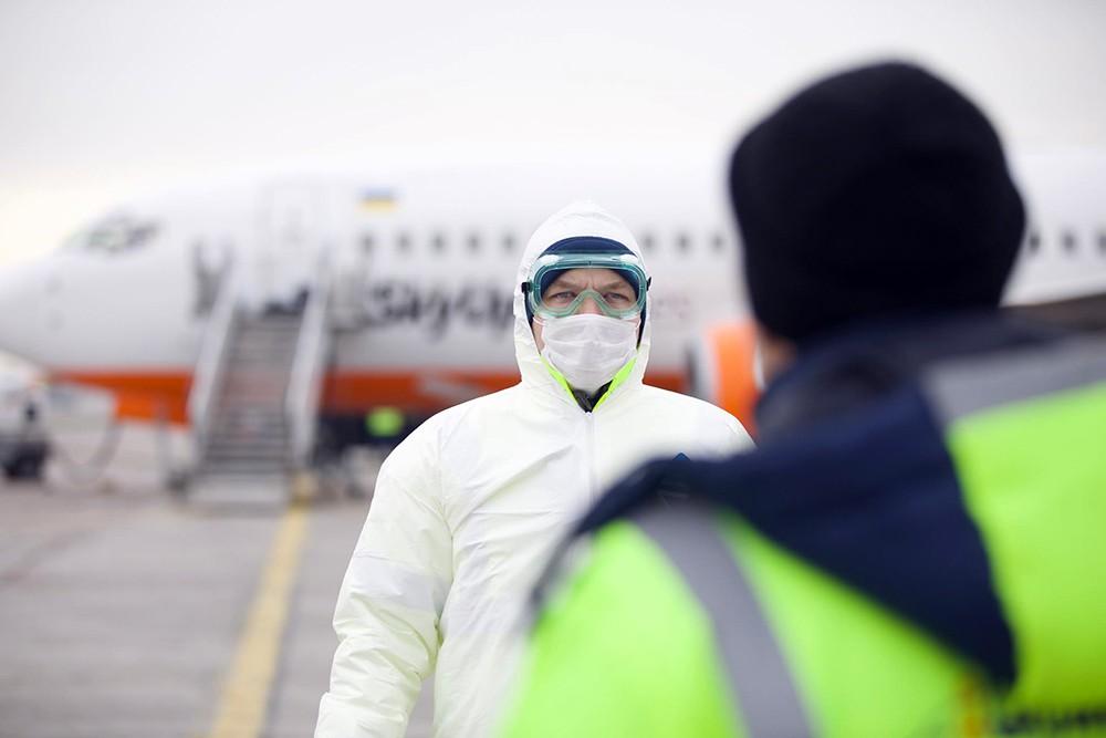 Украинские медики встречают самолет из Уханя