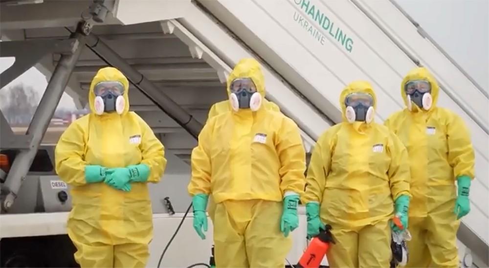 Украинские медики дежурят в аэропорту