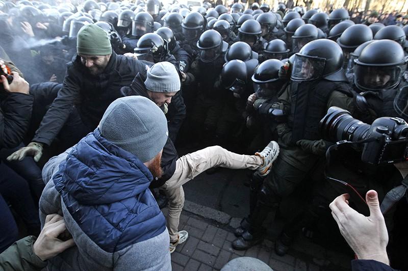 Полиция Украины разгоняет митингующих