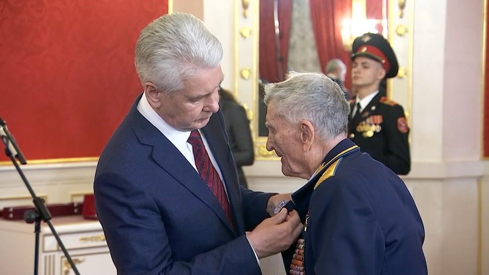 Сергей Собянин награждает ветерана