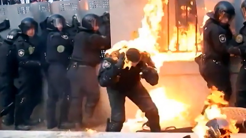 """Столкновения протестующих с бойцами """"Беркута"""" во время майдана на Украине"""