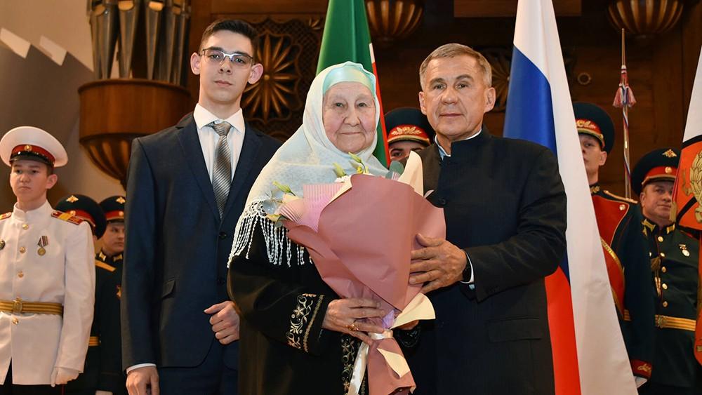 Рустам Минниханов вручает награды родным погибших фронтовиков