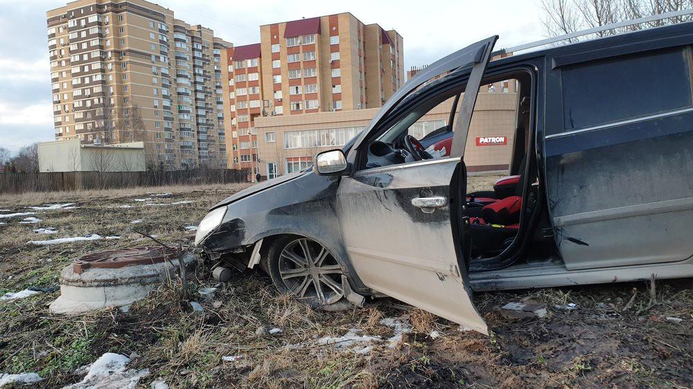 Последствия ДТП с участием автомобиля, протаранившего остановку