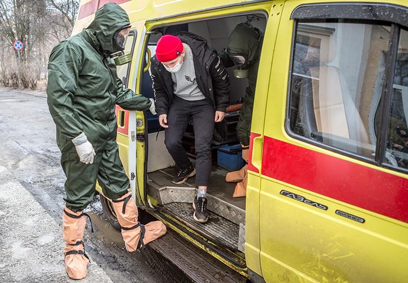 Сотрудники МЧС доставляют предполагаемого пострадавшего в инфекционную больницу