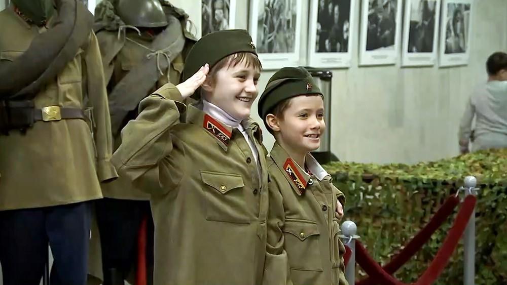 Посетители военной выставки