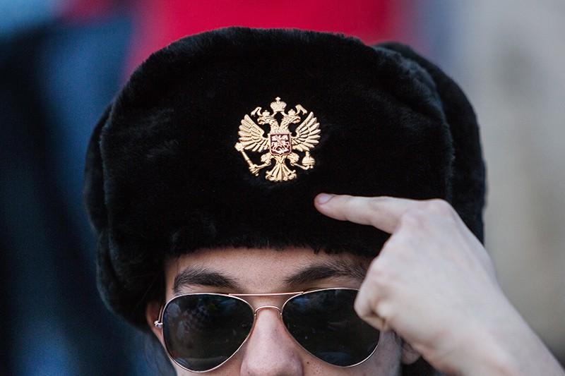Мужчина в шапке-ушанке