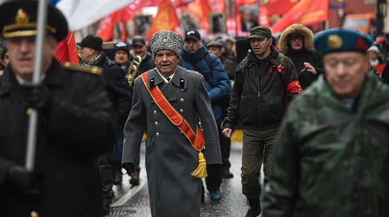 В Уфе у дома ветерана провели военный парад