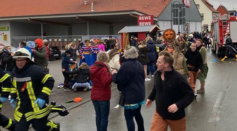В Германии автомобиль въехал в толпу людей на карнавале