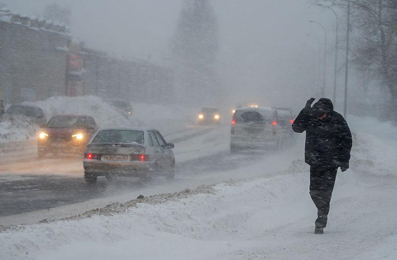 Прохожий во время снегопада