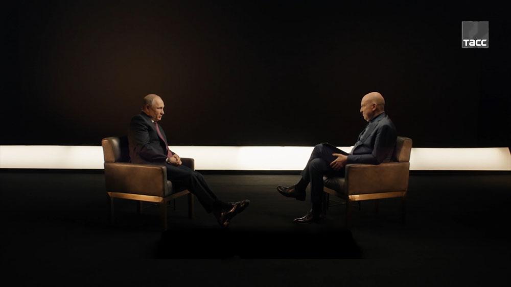 Владимир Путин во время интервью ТАСС