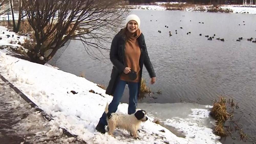 Женщина со спасенной собакой
