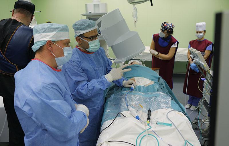 Врачи проводят операцию на сердце