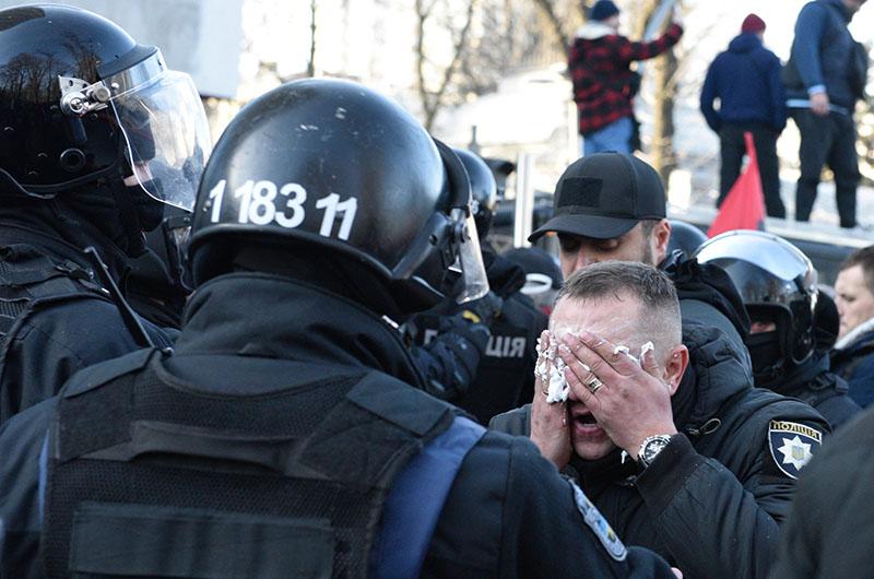Сотрудник полиции, пострадавший во время акции протеста на Украине
