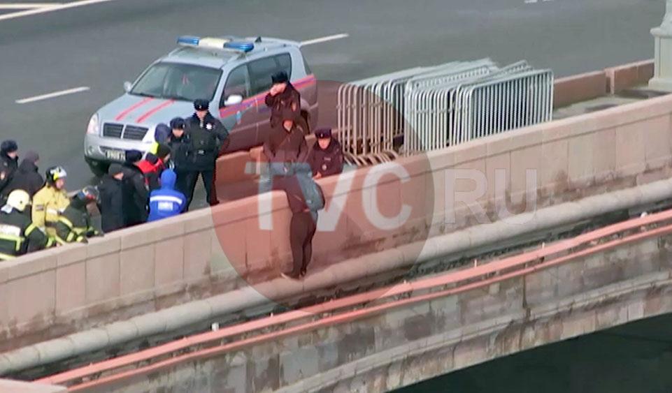 Видео спасения угрожавшего спрыгнуть с Москворецкого моста мужчины