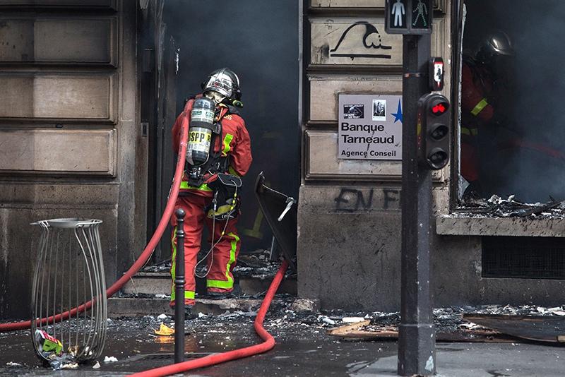 Французские пожарные на месте пожара