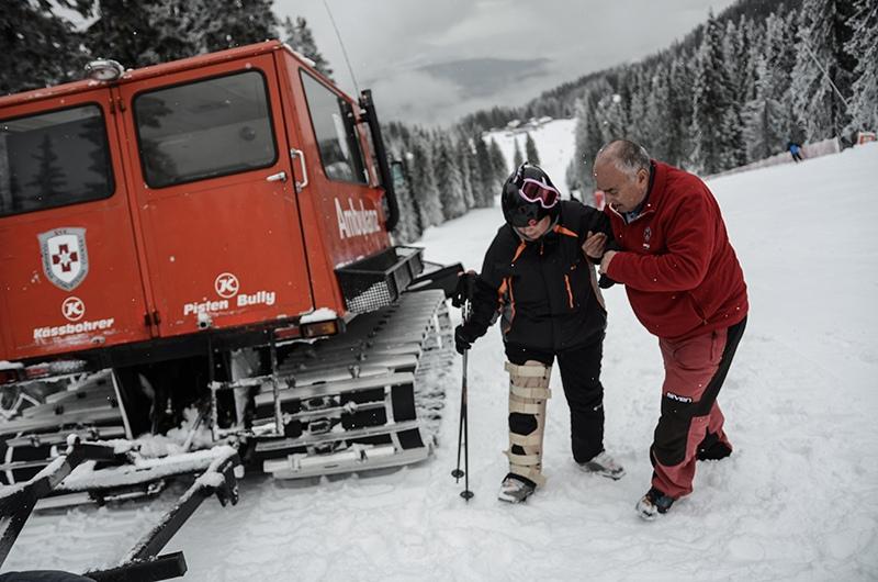 Спасатель оказывает помощь пострадавшему