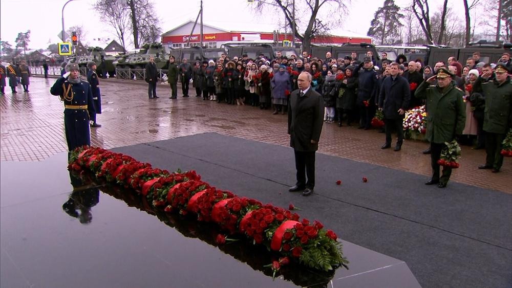 Владимир Путин почтил память погибших в Чечне десантников