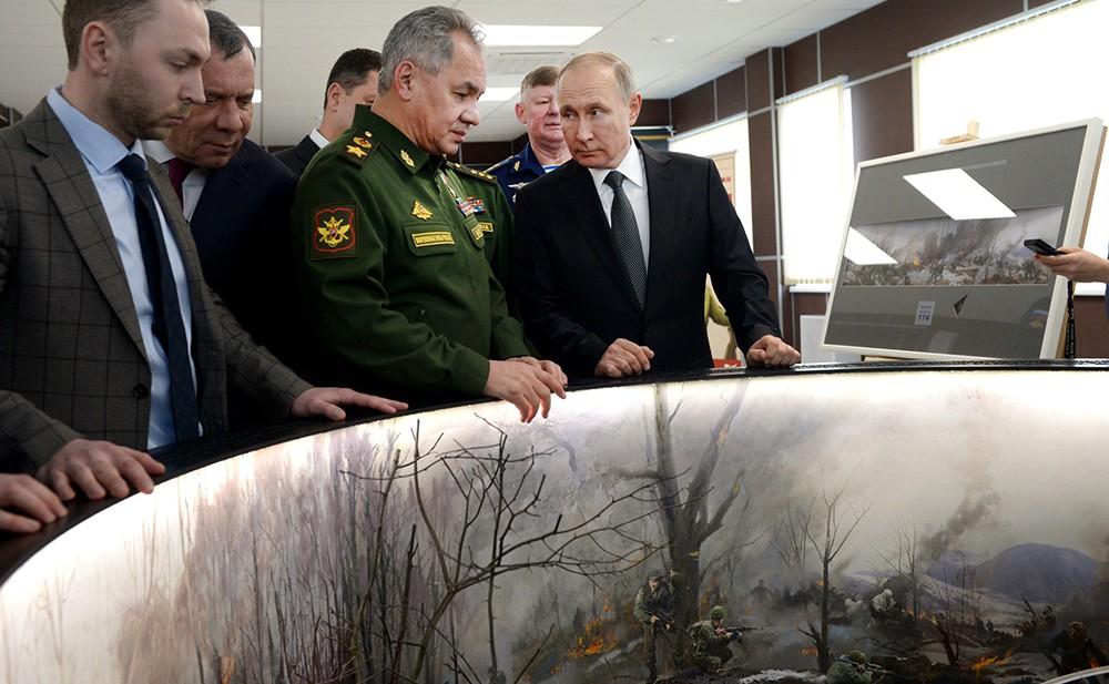 Владимир Путин осматривает панораму боя с участием 6-й парашютно-десантной роты