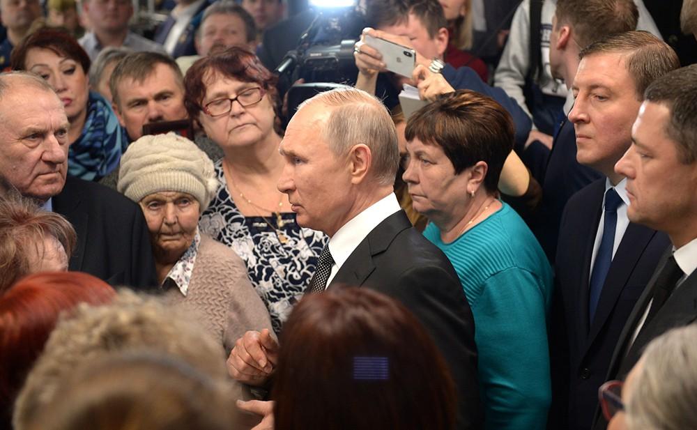 Владимир Путин и родственники погибших военнослужащих 6-й парашютно-десантной роты