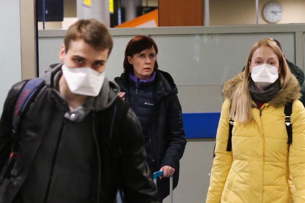 Пассажиры в аэропорте в медицинских масках