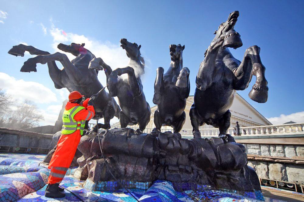 Промывка фонтана на Манежной площади