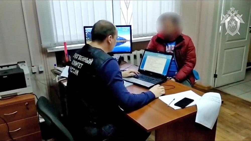 Сотрудник Следственного комитета ведет допрос