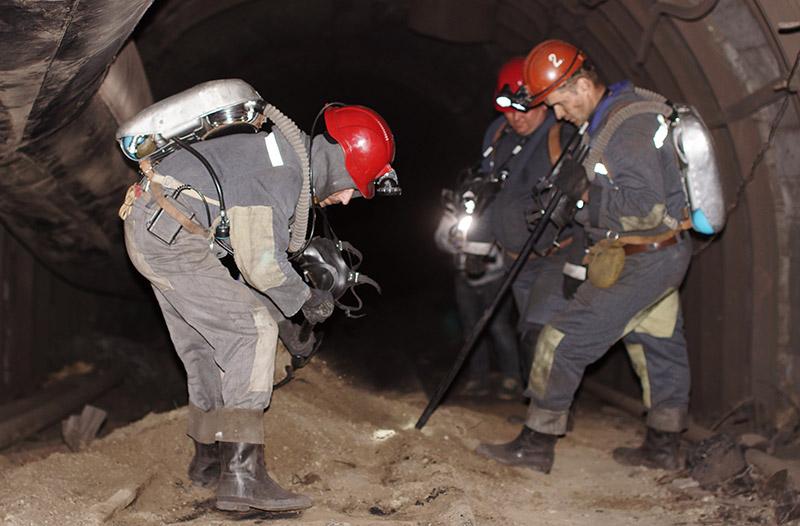 Горноспасатели проводят мероприятия по устранению последствий аварии в шахте