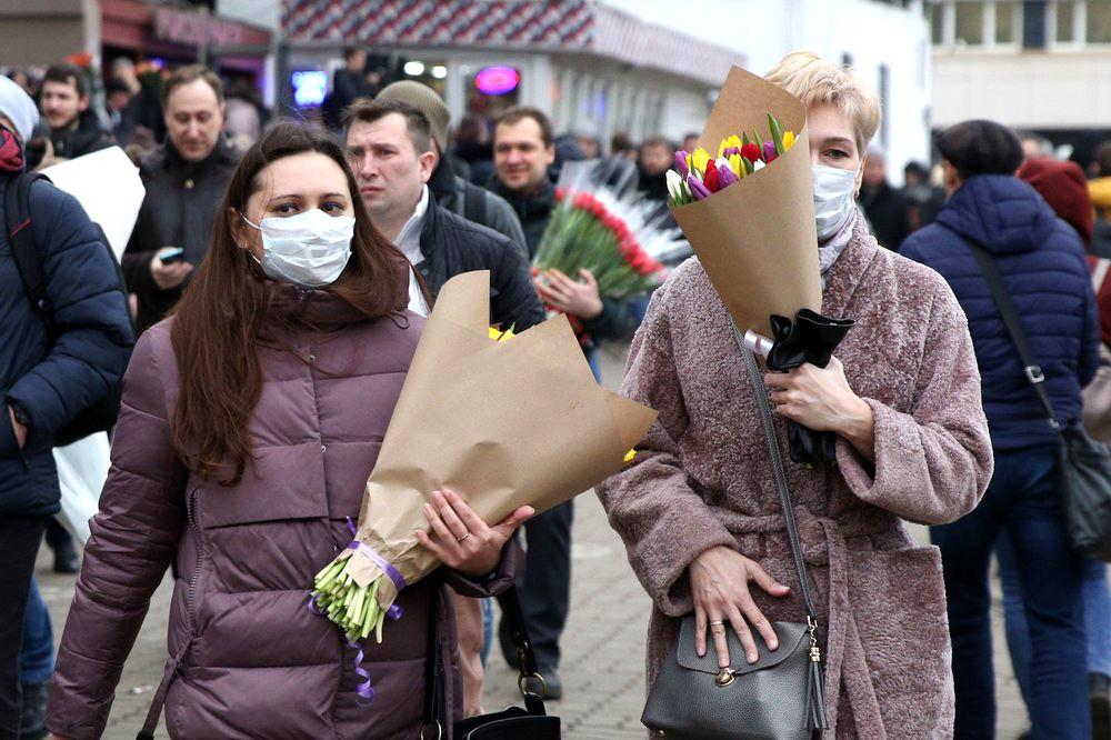 Женщины в медицинских масках
