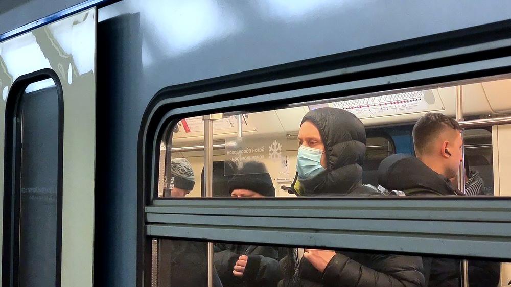 Мужчина в медицинской маске в метро