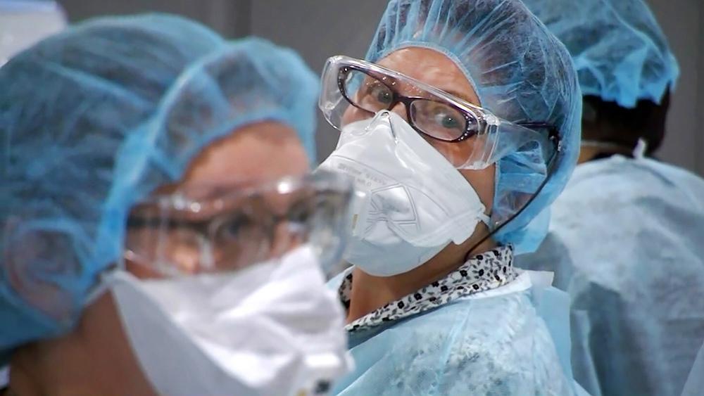 Врачи в медицинских масках
