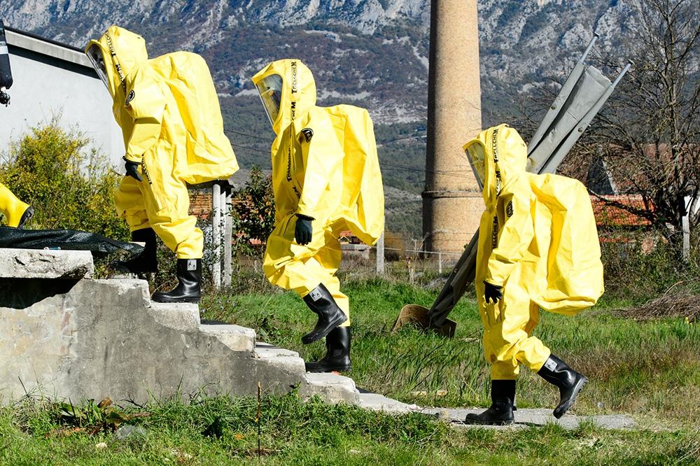 Медики в костюмах биозащиты