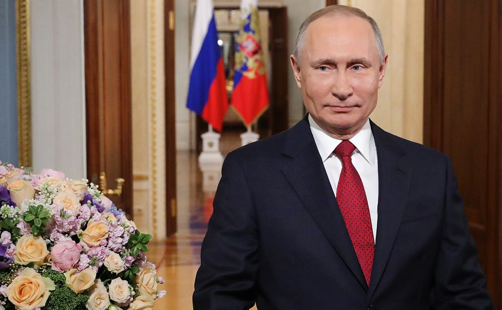 Владимир Путин поздравляет российских женщин с 8 Марта