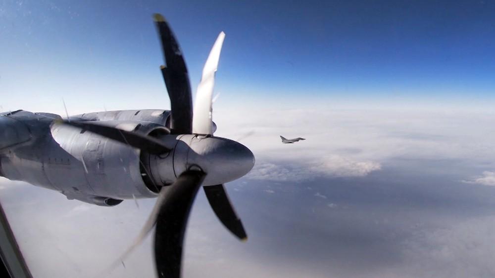 Дальний противолодочный самолет Ту-142 и истребитель НАТО