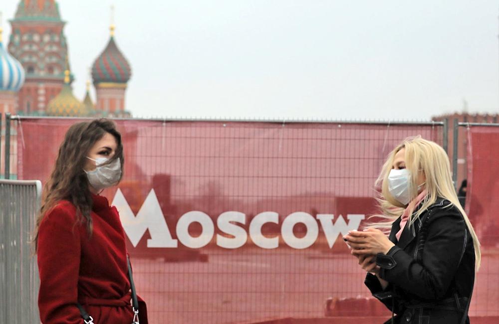 Женщины в медицинских масках в Москве