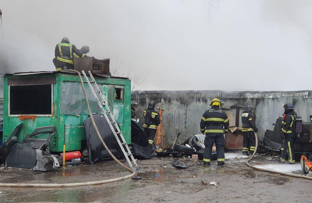 Работа пожарных расчетов на месте возгорания в гаражах на юге столицы