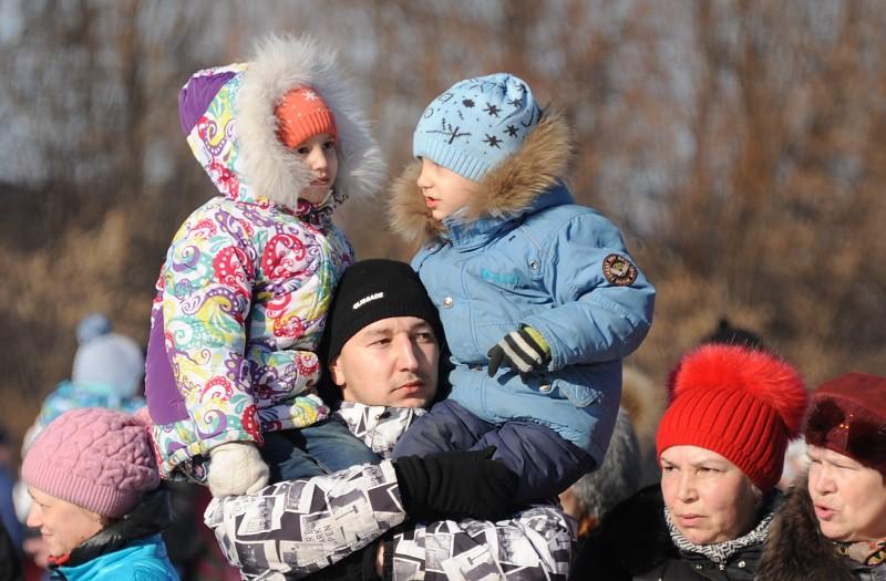 Мужчина с двумя детьми