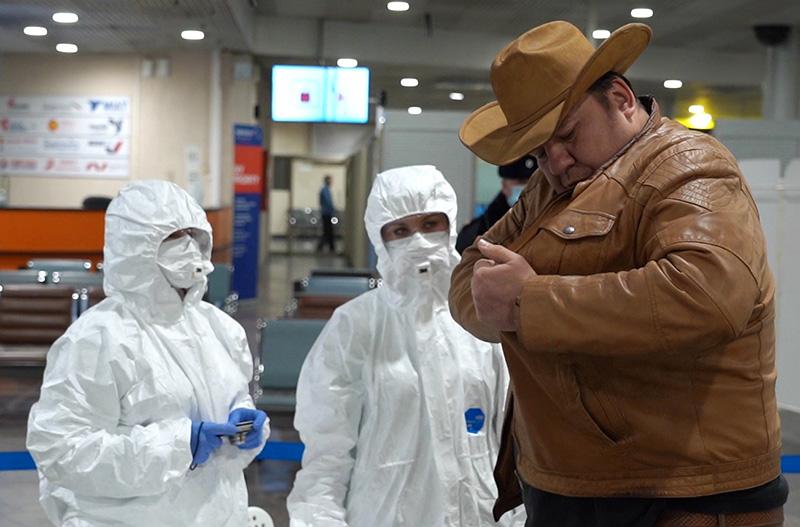 Медицинские работники проводят осмотр пассажира в аэропорту Шереметьево