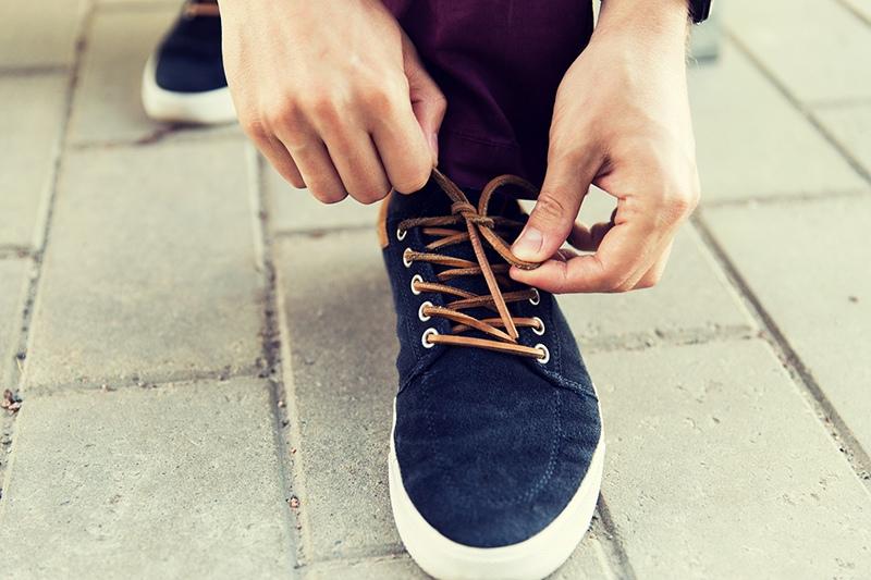 Завязывает шнурки