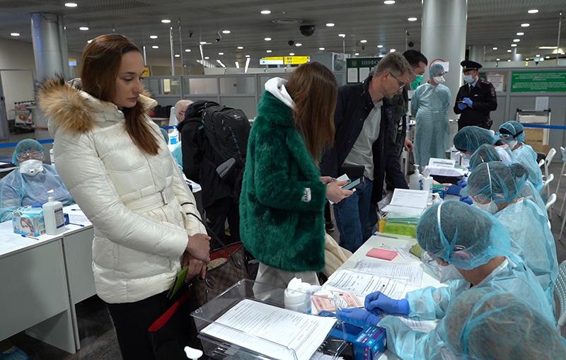 Медицинские работники проводят осмотр пассажиров
